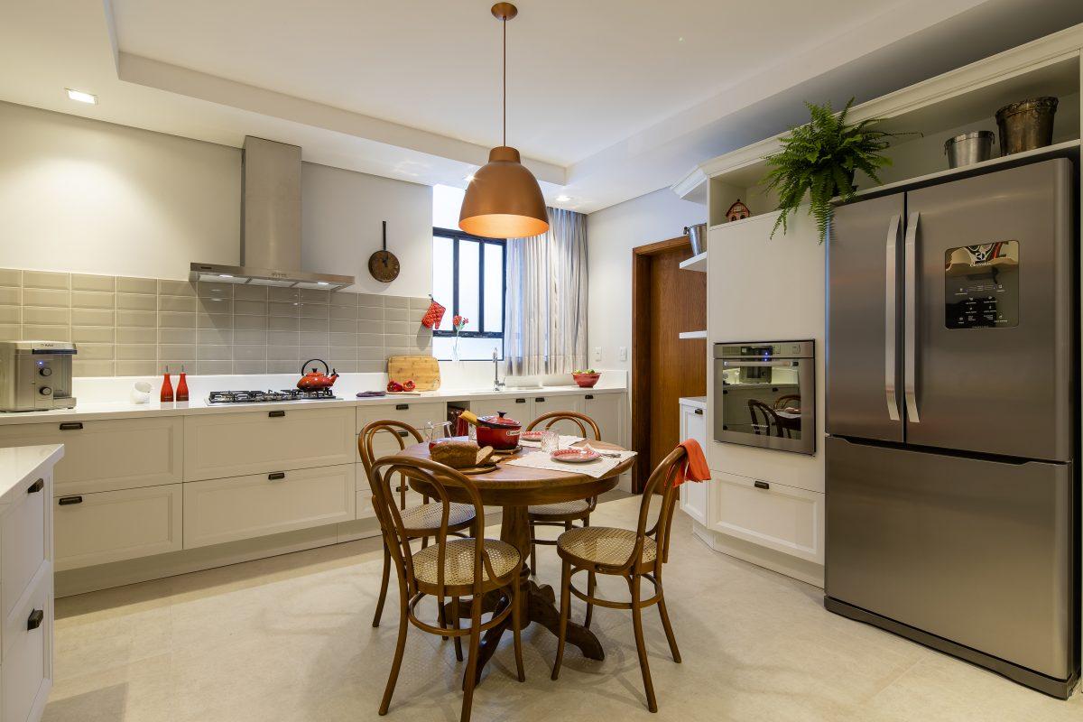 Detalhes em vermelho proporcionam uma sensação de aconchego nesta cozinha. Projeto de Renata Streit, publicado no Anuário ARQ de Arquitetura e Decoração do Rio Grande do Sul 2019. Foto: Renan Costantin