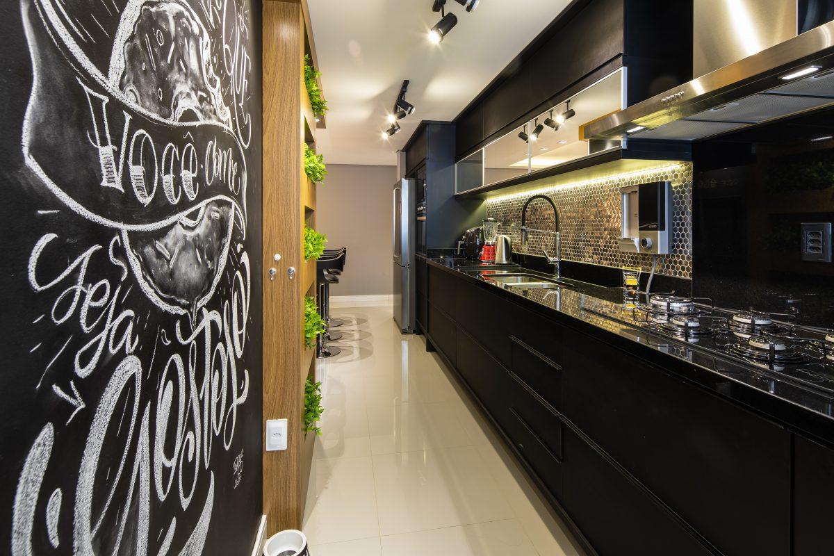 Exemplo de lettering em ambiente residencial. Projeto de Juliana Duré para o Anuário ARQ de Arquitetura e Decoração do Rio Grande do Sul 2019. Foto: Renan Costantin.